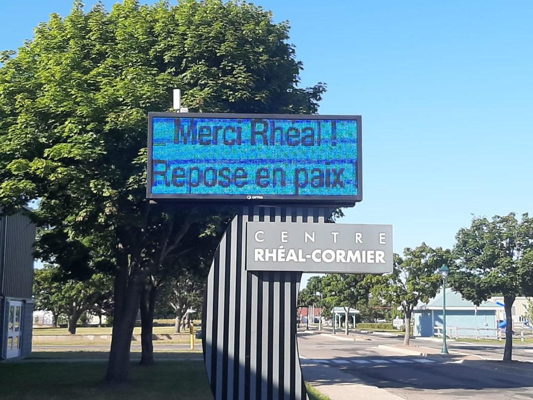 Le tableau d'affichage du Centre Rhéal-Cormier a rendu hommage au disparu, dimanche. - Gracieuseté