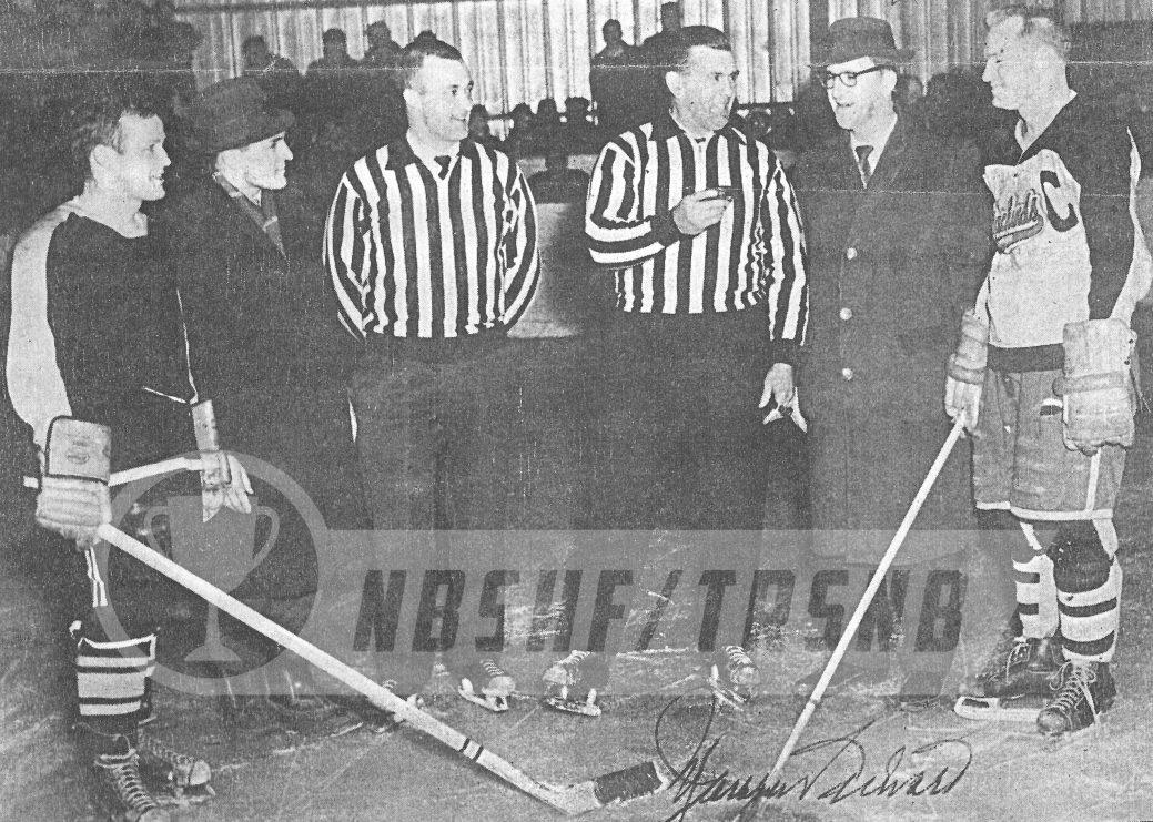 En 1962, l'illustre Maurice Rocket Richard était venu inaugurer la première patinoire intérieure de la Péninsule acadienne, à Shippagan. Rhéal Cormier (l'homme au chapeau) a participé à la mise en jeu protocolaire. - Gracieuseté