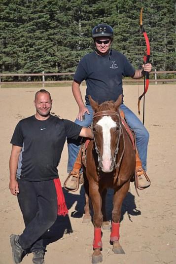 Justin Haché monte Major pour ses exercices de tir à l'arc, avec son professeur Lance Bishop. - Gracieuseté