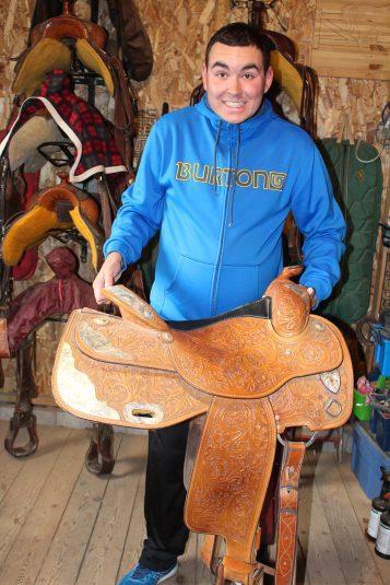 Justin Haché nous montre avec fierté sa selle qu'il pose sur le dos de Major à chaque semaine. - Acadie Nouvelle: Réal Fradette