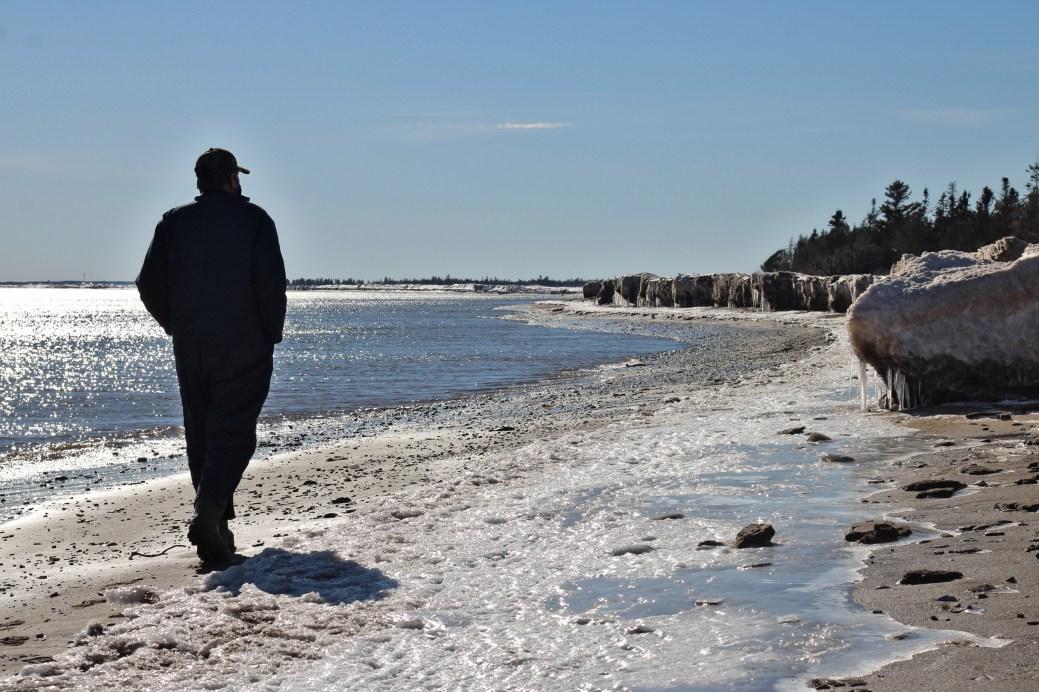 Né à Inkerman, Jean-Guy F. Robichaud a vu l'eau du golfe grignoter peu à peu le rivage du village. - Acadie Nouvelle: Simon Delattre