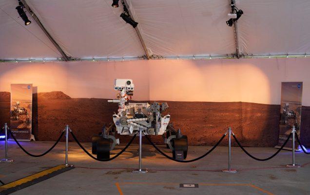 Un modèle à grande échelle du rover Mars 2020 Perseverance est vu derrière des cordes au Jet Propulsion Laboratory (JPL) de la NASA. - AP