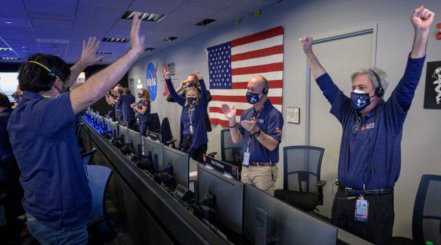 Sur cette photo fournie par la NASA, des membres de l'équipe de rover Perseverance de la NASA réagissent après avoir reçu la confirmation que le vaisseau spatial a atterri avec succès sur Mars. - AP