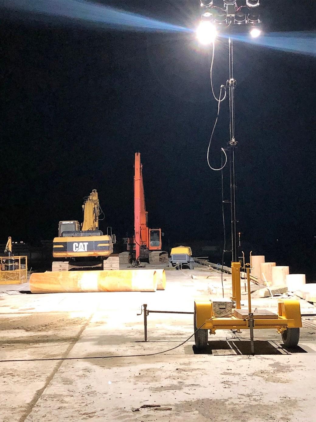 L'une des tours d'éclairage à Joël Michon illumine un chantier de construction. -Photo gracieuseté.