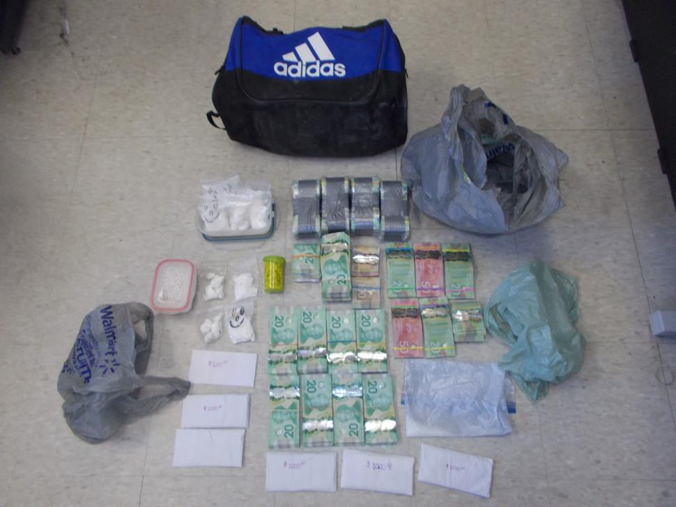 La GRC a arrêté deux personnes à la suite d'une saisie de plusieurs armes à feu, de drogue et d'argent dans le nord-est de la province. - Gracieuseté