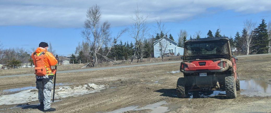 Des secouristes arpentent les environs de la piste cyclable de Caraquet, près du magasin de la Société des Alcools, samedi après-midi. - Acadie Nouvelle