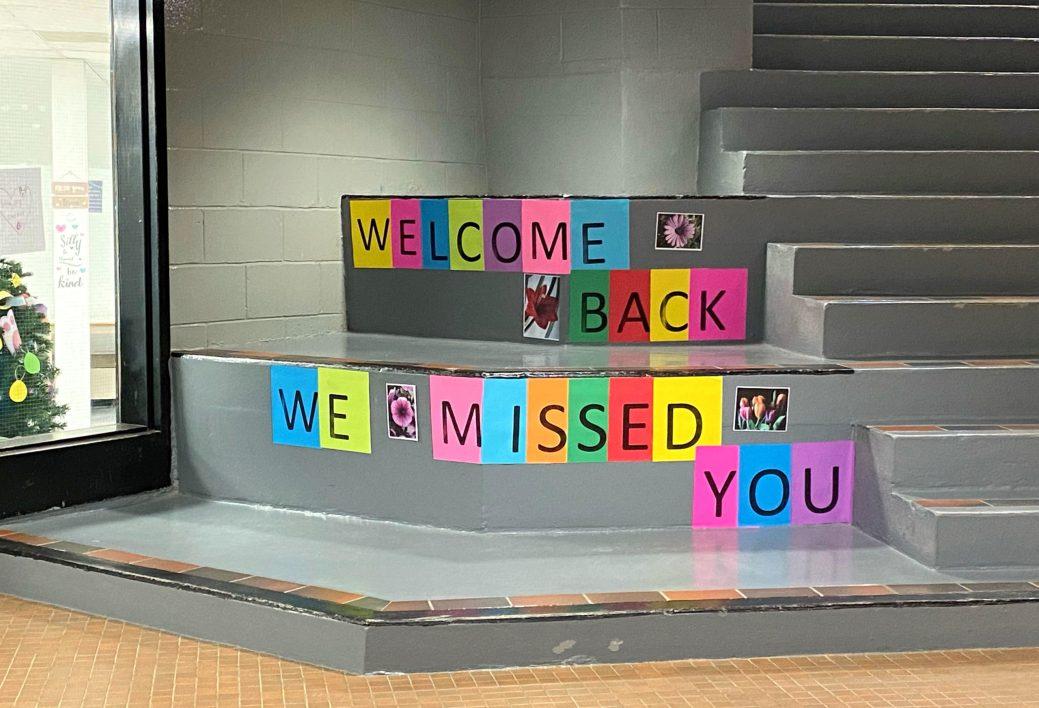 La direction et les élèves de la Sugarloaf Senior High School de Campbellton ont chaleureusement accueilli leurs confrères de la Première Nation autochtone de Listuguj, mardi. Ceux-ci étaient privés de leur établissement scolaire depuis l'automne dernier en raison des mesures d'urgence liées à la COVID-19. - Gracieuseté