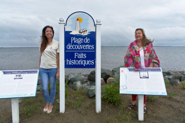 La présidente de l'association Deux îles, mille trésors, Annie Chiasson (à gauche) et la chanteuse Sandra Le Couteur à Pointe-Alexandre sur l'île Lamèque. - Acadie Nouvelle: Cédric Thévenin