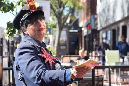 Laurence Landry alias La Crieuse déclame ses messages au centre-ville de Moncton. - Acadie Nouvelle: Sylvie Mousseau