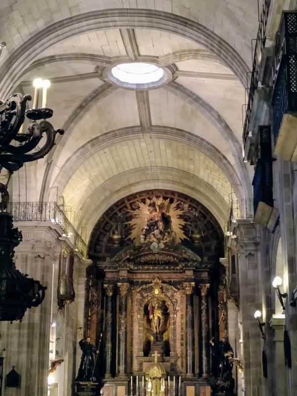Interior da igrexa de San Xurxo