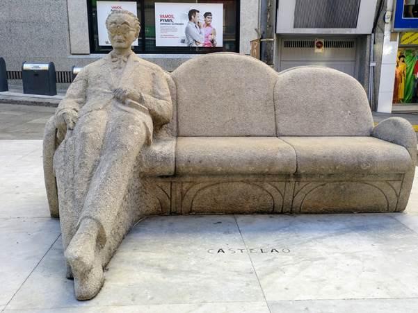 Estatua de Castelao na praza do Humor