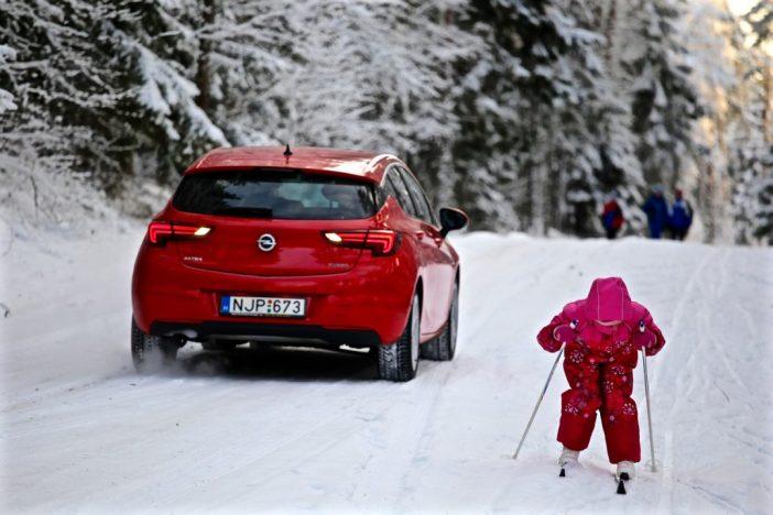 Opel Astra K suusatamas