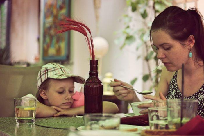 lastega söömas