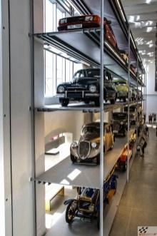 20 autot on muuseumis sõna otseses mõttes riiulisse lükatud. Vaadata saab neid nii maast kui ka rõdult