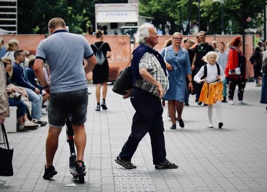 Uuring: jalakäijad peavad elektritõukse ohtlikeks. Tallinna raad nõuab kohitsemist