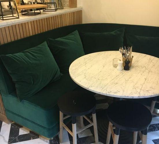 Le Petit Léon : Banquette sur mesure velours vert