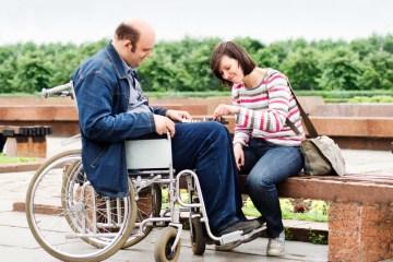 pareja en silla de ruedas