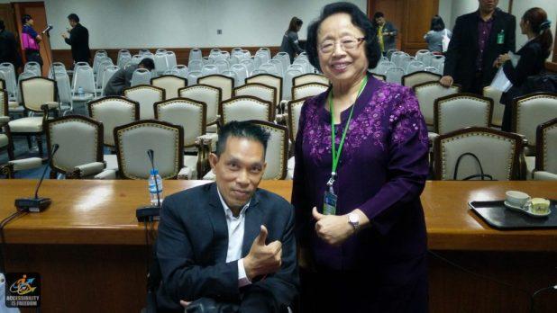 ภาพซาบะถ่ายกับท่านอาจารย์พวงแก้ ยกนิ้ว thumb up & like กันทั้งคู่ ยิ้มน่ารักมากๆ ครับ
