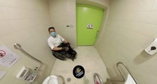 ภาพ พี่ซาบะกำลังนั่งอยู่ในห้องน้ำ