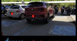 ภาพ รถ 2 คันจอดบนที่จอดรถคนพิการ ARL หัวหมาก จอดชิดกันมาก ไม่มีพื้นที่ให้รถเข็นลง