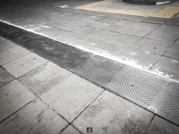ภาพ ใต้สถานี MRT เตาปูน แผ่นเหล็กปิดตะแกรงที่เริ่มโค้งงอ