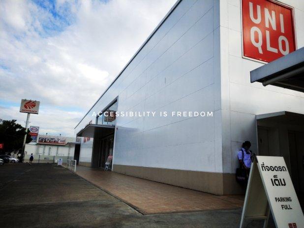 ภาพ อาคารห้าง UNIQLO ศรีนครินทร์ มองจากด้านนอก