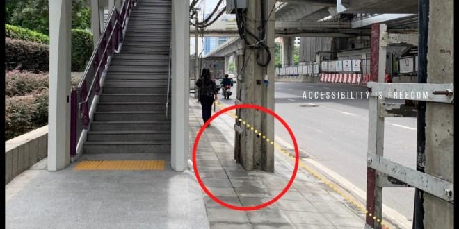 ภาพ ทางเท้าใต้สถานี BTS แคบและมีเสาไฟขวาง