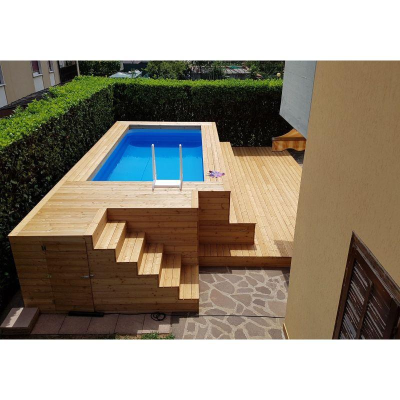 Piscina fuori terra in legno di larice con gradinate su misura