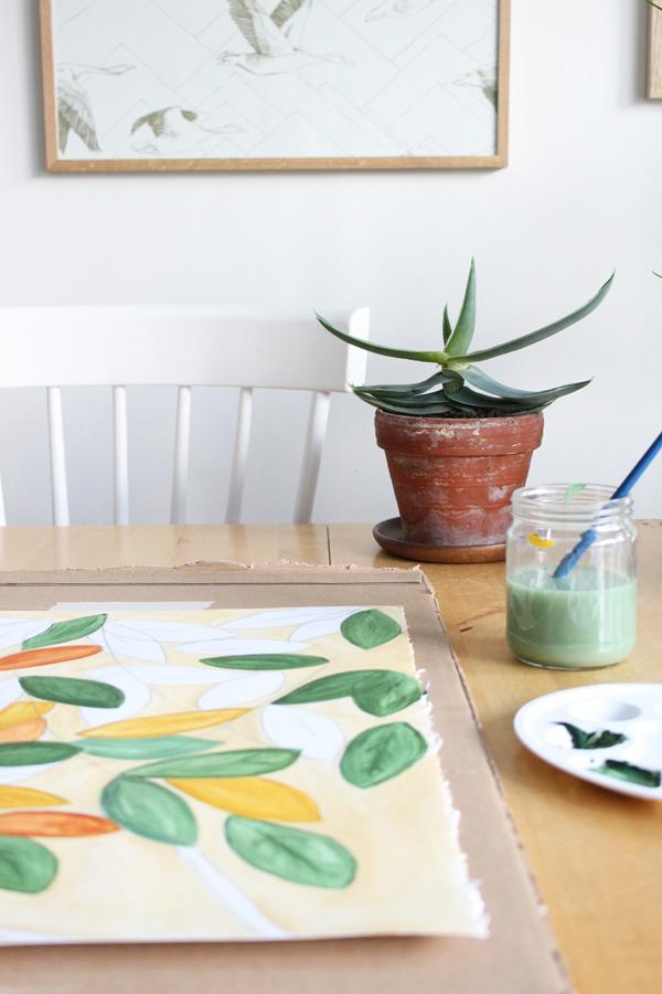 Schilderen met acrylverf aan een houten tafel met een vetplant in terracotta pot - via Accessorize your Home