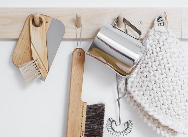 FSC houten rek met diverse handige borstels van Iris Hantverk - via Accessorize your Home