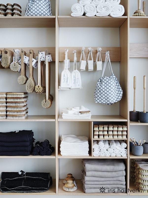 Houten schappen in winkel Iris Hantverk vol houten accessoires - via Accessorize your Home