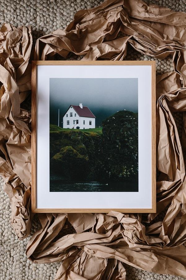 Foto van Zweeds huis mistig klif in houten lijst op verfomfaaid inpakpapier - via Accessorize your Home