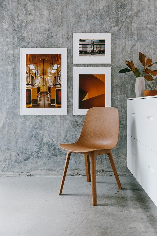 Eetkamerstoel van gerecyclede kunststof en fotokunst in okergeel aan de grijze muur - via Accessorize your Home
