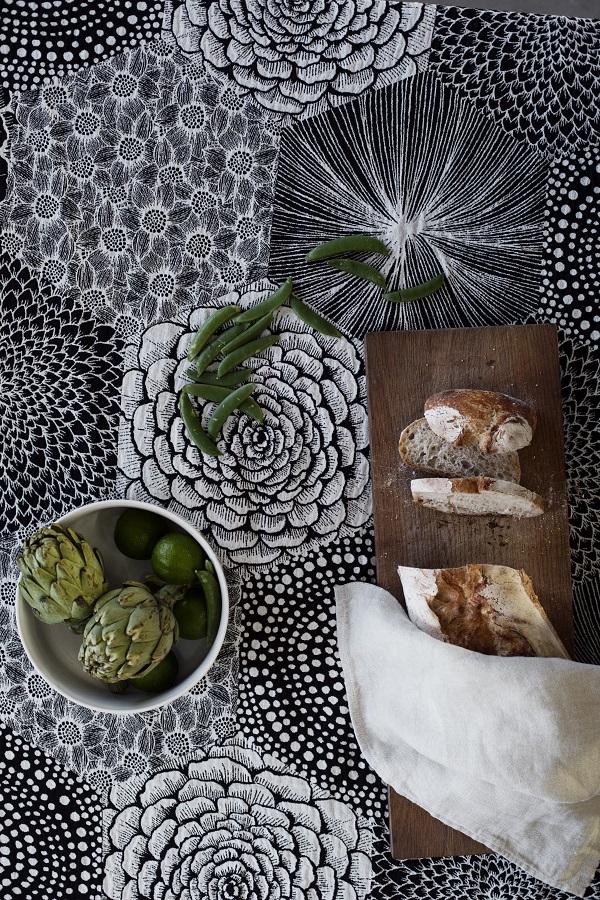 Tafellaken van natuurlijke materialen met zeshoekige print in zwart, brood en artisjokken - via Accessorize your Home