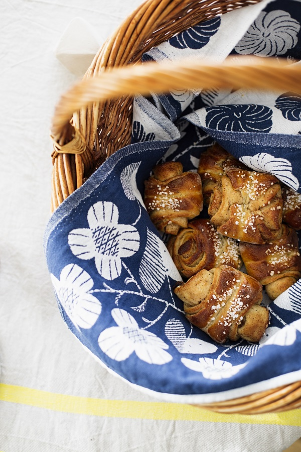 Rieten mand met verse broodjes in theedoek met fris blauw witte print - via Accessorize your Home