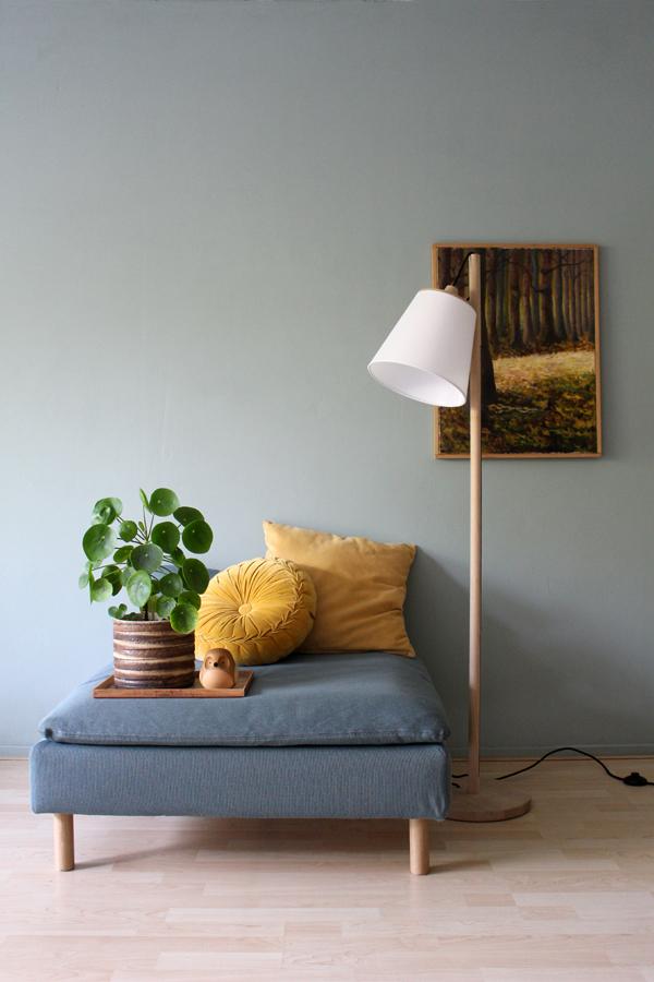 Vloerlamp met houten standaard en witte kap met Soderhamn poef, okergele kussens en pilea in vintage pot - via Accessorize your Home