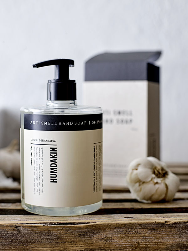 Handzeep m vieze luchtjes te verwijderen met handig pompje in mooie basic verpakking van Humdakin - via Accessorize your Home