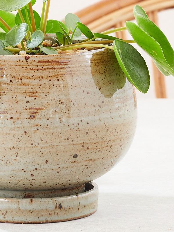 Bolle bloempot met gespikkeld glazuur - via Accessorize your Home