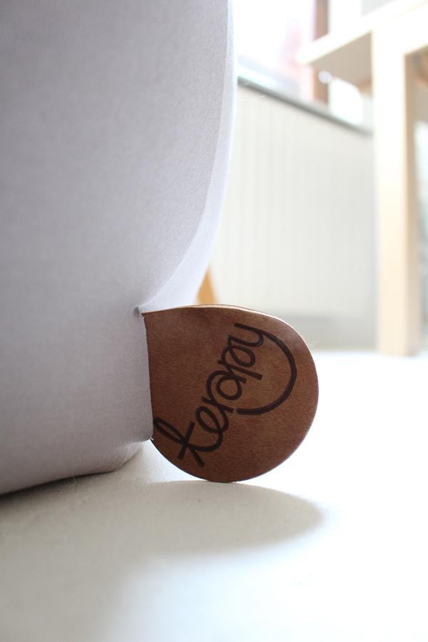 Lederen label van lichtgrijze zitzak Elly op witgeschilderde betonnen vloer - via Accessorize your Home