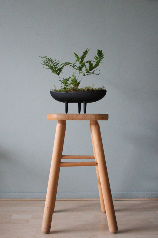 Mini varen met mos in gietijzeren bloempot met pootjes op een houten kruk - via Accessorize your Home