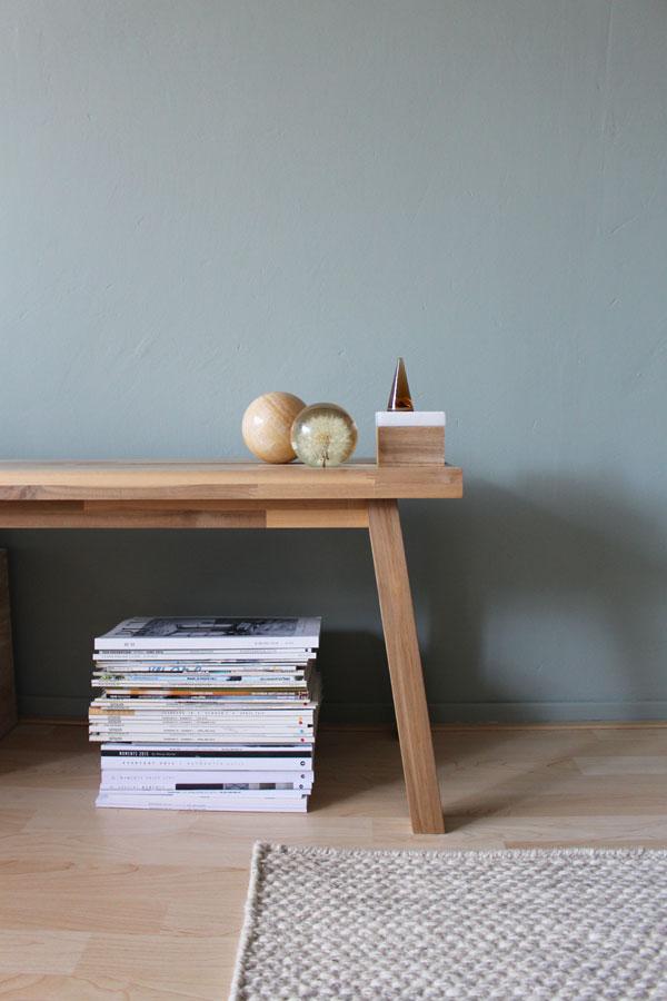 Skogsta bankje met presse papiers tegen groene muur in woonkamer - via Accessorize your Home