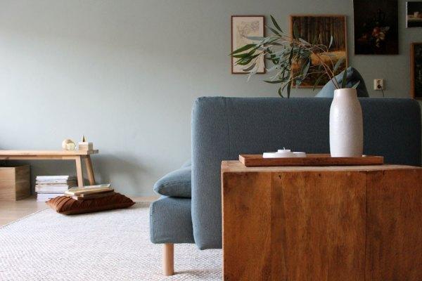 Groene muur, lichte vloer, Soderhamn bank en wollen vloerkleed - via Acces