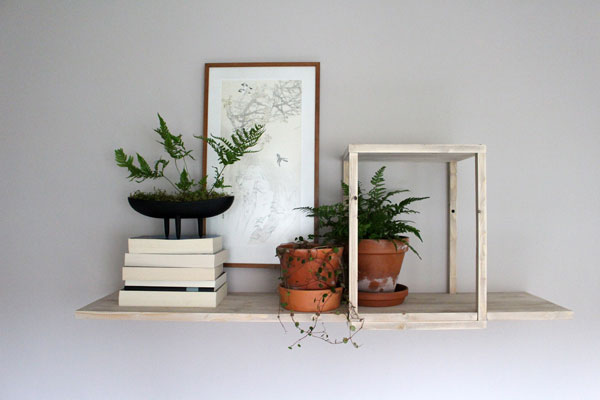 DIY zwevende wandplank van geschaafd vuren - via Accessorize your Home