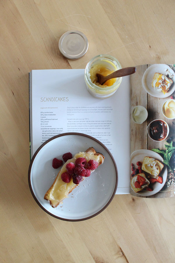 Scandicake uit Delicious kookboek met ginger curd en frambozen - via Accessorize your Home