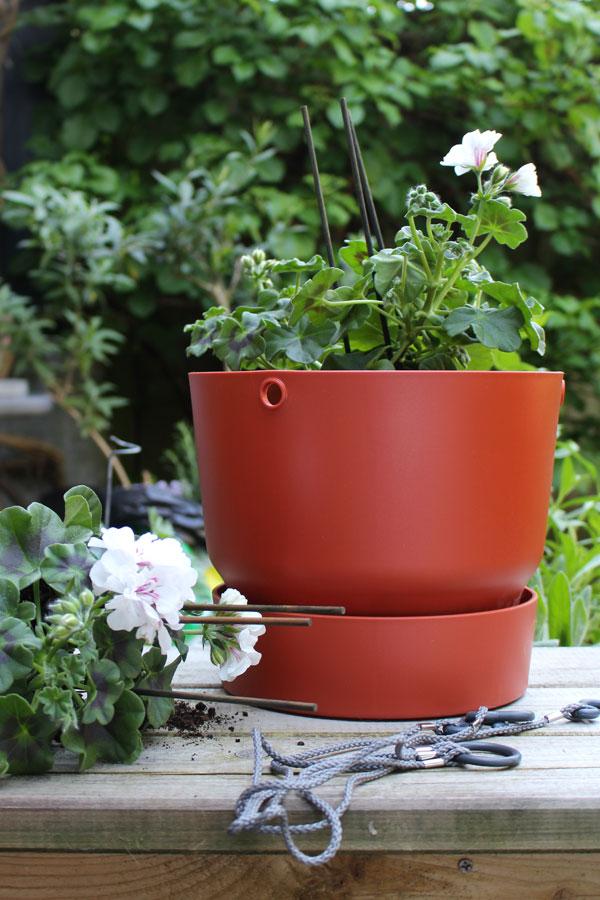 Elho Greenville hangpot in brique met witte hanggeraniums - via Accessorize your Home