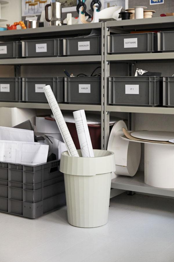 Prullenbak van HAY met rollen papier tegen werkbank gevuld met zwarte kratten - via Accessorize your Home