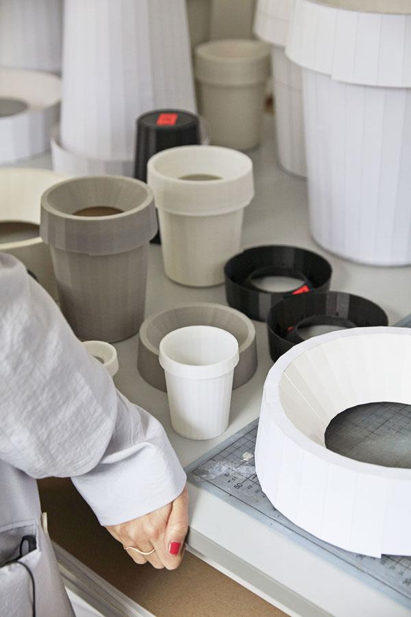Werktafel met diverse prototypes van de Shade Bin van HAY - via Accessorize your Home