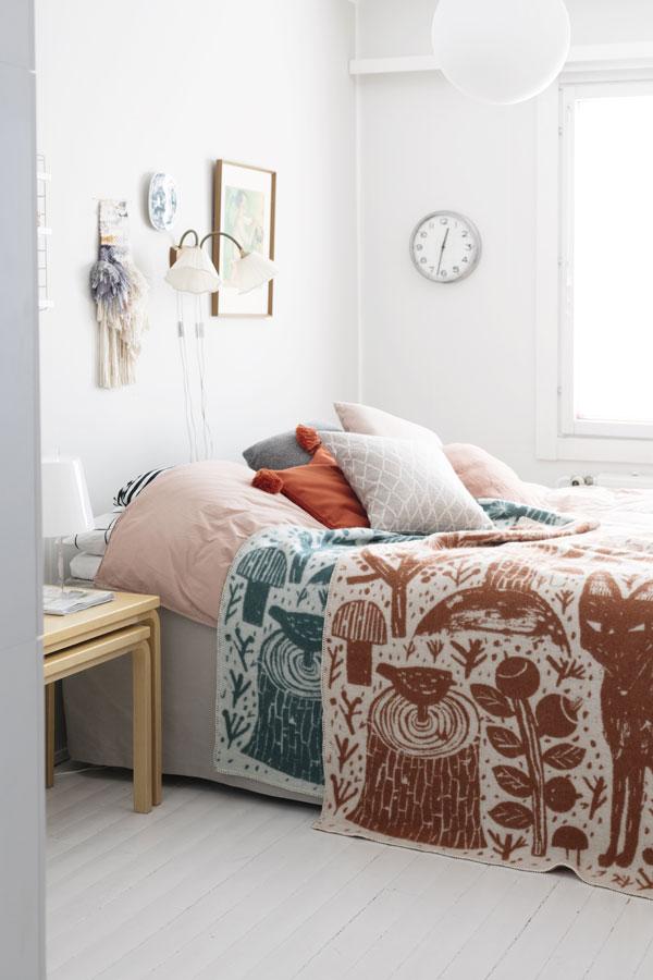 Lichte slaapkamer met twee plaids met print in kaneel en petrol van Lapuan Kankurit - via Accessorize your Home
