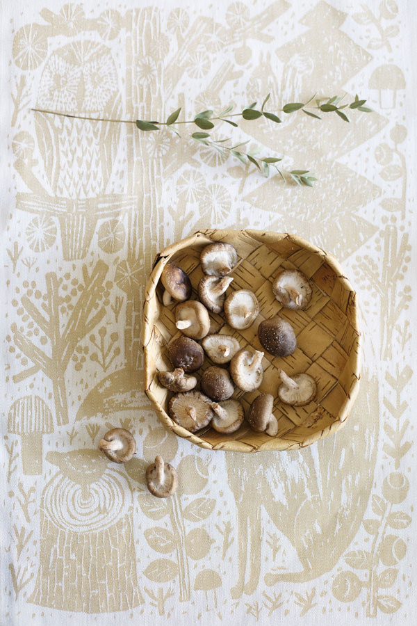 Theedoek in goud met wit met bos tafereel van Lapuan Kankurit - via Accessorize your Home