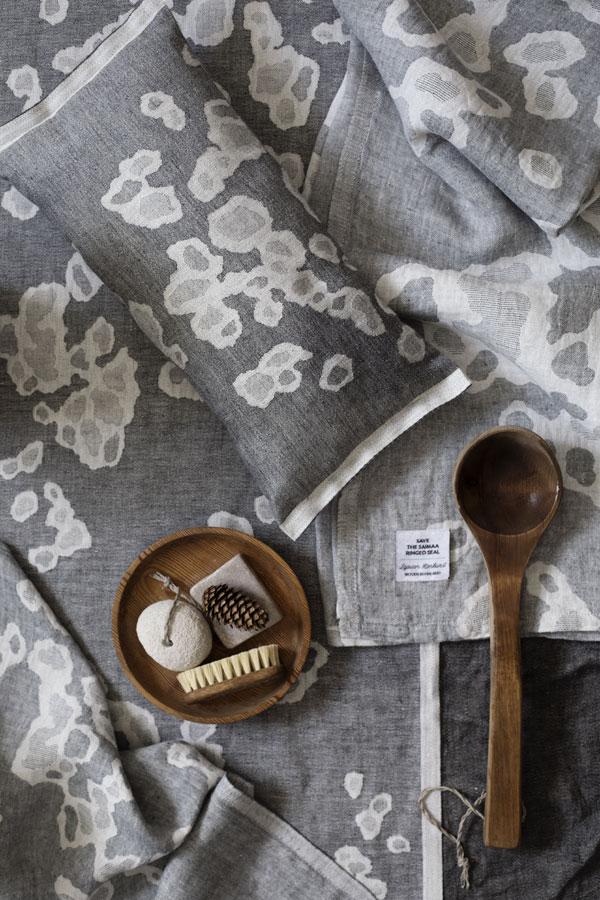 Grijs textiel met print van de Finse Saimaarob van Lapuan Kankurit - via Accessorize your Home